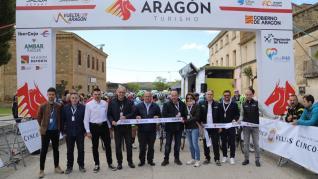 Corte de la cinta del inicio de la segunda etapa de la Vuelta Aragón en Sádaba. @Vuelta_Aragon