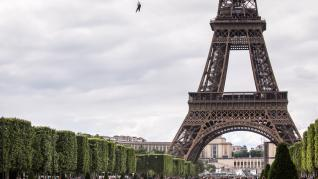 Volar desde la Torre Eiffel
