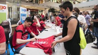 El Tecnyconta firma autógrafos a sus aficionados