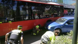 Accidente entre un autobús y un coche en el paseo de la Constitución