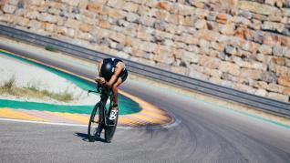 Triatleta a su paso por el circuito aragonés en el I Motorland Aragon Half Triathlon