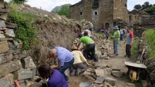 Alumnos del primer curso del taller de piedra seca en diferentes localizaciones de la comarca de Sobrarbe