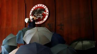 Cientos de manifestantes irrumpen en el Parlamento de Hong Kong