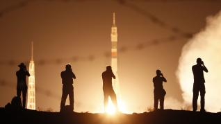 La nave rusa Soyuz despega rumbo a la Estación Espacial en homenaje al Apolo 11.