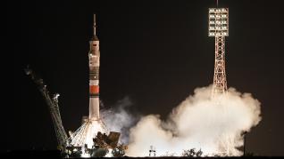 La nave rusa Soyuz MS-13 con tres tripulantes a bordo despegó hoy desde el cosmódromo de Baikonur (Kazajistán) con rumbo a la Estación Espacial Internacional (EEI).