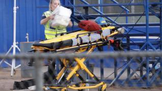 Los servicios médicos atienden a un herido en Gilroy High School.