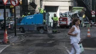 Trabajos de asfaltado en los  cruces del paseo de Sagasta.