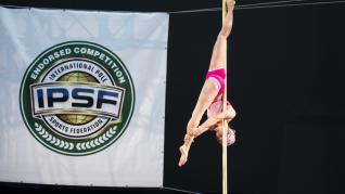 Raquel García practicando 'pole dance & sport'