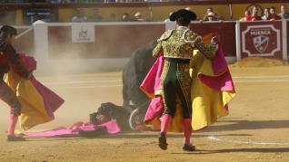 El primer toro de la tarde ha tenido que ser devuelto a los corrales descoordinado e inválido y el sobrero, también de Sánchez Arjona, ha propinado una cornada en el gemelo a uno de los subalternos de Cayetano.