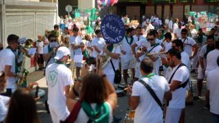 Concentración de las charangas de las peñas en la plaza de Navarra.