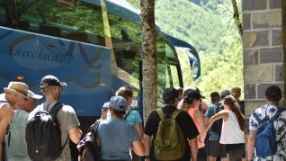 Turistas en el Parque de Ordesa durante el puente festivo.