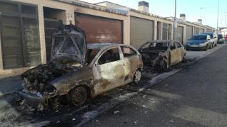 El fuego arrasa dos vehículos en Cuarte