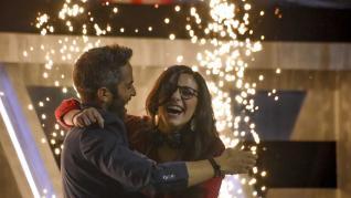 La zaragozana Isabel Esaín abraza a Roberto Leal al conocer que ha ganado el primer programa del concurso de La 1 'Vaya Crack'.