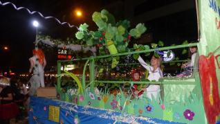 Un abarrotado desfile de carrozas protagonizan la primera noche festiva en Monzón