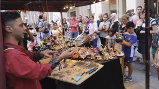 Además de los 60 puestos de artesanía, el mercado ofrece un variado programa de animación callejera.
