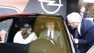 Diferentes imágenes de la I Feria de la Movilidad de Zaragoza que ha abierto sus puertas frente al Palacio de Congresos de la Expo y que ha tenido el nuevo Corsa como protagonista