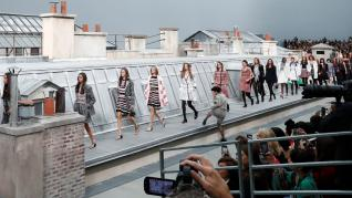 """Chanel se sometió este martes a un """"lifting"""" en la pasarela parisina, donde presentó una colección primavera-verano juvenil y ligera,"""
