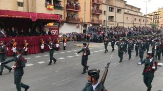 Un grupo de gastadores del GRS de Zaragoza, desfilando delante de la tribuna central de invitados, presidida por el ministro del Interior en funciones, Fernando Grande-Marlaska..
