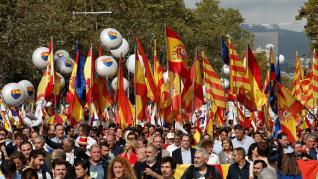 Miles de personas se manifiestan en Barcelona en el Día de la Hispanidad.