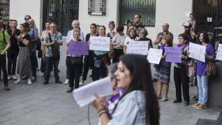 Concentración de rechazo en la plaza de España contra la agresión sexual ocurrida durante las Fiestas del Pilar.