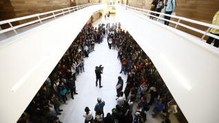 Minuto de silencio en la Facultad de Educación de Zaragoza por la muerte en accidente de tráfico de un estudiante aragonés de Erasmus en Suecia.