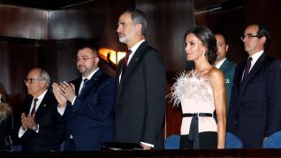 La reina Letizia lució este jueves por la noche en el concierto que presidieron en Oviedo un diseño del aragonés Antonio Burillo.