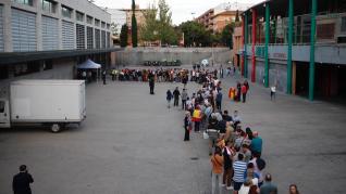 Filas para acceder al mitin de Vox en Zaragoza.
