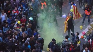 Centenares de personas piden la dimisión de Buch en una protesta con globos