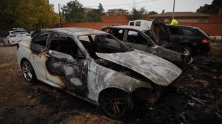 Tres coches calcinados en el barrio Oliver de Zaragoza