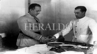 Franco en la AGM de Zaragoza probando el rancho en la década de los años 20. Foto Archivo Heraldo