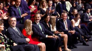Los reyes, Felipe VI, y doña Letizia, la princesa Leonor (2i) y la infanta Sofía (2d), al inicio del acto de entrega de los Premios Princesa de Gerona, en el Palacio de Congresos de Barcelona