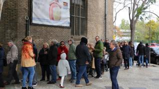 Largas filas para votar en el colegio Cantín y Gamboa de Zaragoza