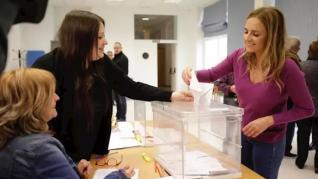 Los candidatos al Congreso por Zaragoza ejercen su derecho al voto.