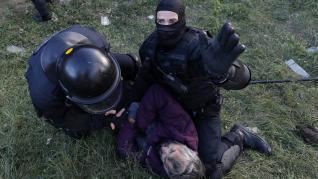 Agentes de los Mossos d'Esquadra detienen a uno de los manifestantes de Tsunami Democratic en la Ap-7, en la frontera francesa.