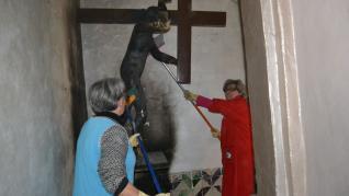Un equipo de voluntarios trabaja ya para recuperar  la ermita de Tauste