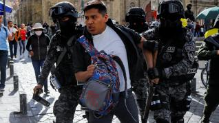 Una gran marcha con ataúdes termina en una nube de gas lacrimógeno en La Paz