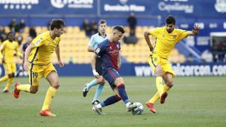 El Huesca fue efectivo de cara a gol y dominó el partido en el Santo Domingo.