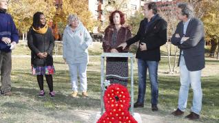Una placa recuerda en el Parque Bruil a las personas fallecidas por sida