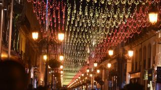 Una brillante bandera de España ilumina la calle Alfonso en el día de la Constitución.