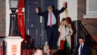 El primer ministro británico Boris Johnson y su novia Carrie Symonds, tras ganar las elecciones este viernes.