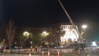 Grúa en la plaza del Paraíso, esta medianoche de sábado, con la que se iba a llevar a cabo el montaje del pino de 22 metros.