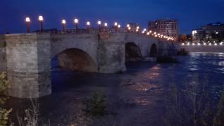 El río Ebro anegó las riberas a su paso por la capital. La punta de la crecida pasa en torno a las 8.30 por Zaragoza tras obligar a desalojos y anegar cultivos en la Ribera Alta.