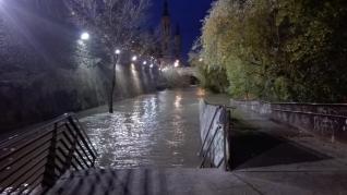 La crecida del Ebro anegó las riberas del río a su paso por la capital.