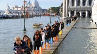 La marea ha alcanzado este martes un nuevo pico en Venecia, según el Centro de Previsiones, que avisa de que el nivel de las aguas se mantendrá alto en los próximos días, tras la gran crecida del pasado mes de noviembre, que inundó el centro histórico de