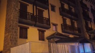 Aparatoso incendio en Candanchú con una familia atrapada por el fuego y 12 evacuados