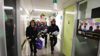 Los bomberos de Teruel visitan a los niños ingresados en el Hospital Obispo Polanco.