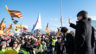 El presidente de la Generalitat, Quim Torra, entre los líderes nacionalistas que han acompañado a los manifestantes que han recibido en el Parlamento Europeo, en Estrasburgo, a Carles Puigdemont y Toni Comín, que han ocupado sus escaños como eurodiputados