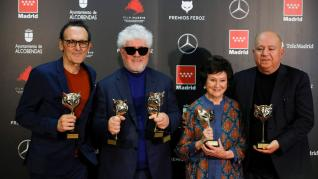 El compositor Alberto Iglesias, el director y realizador Pedro Almodóvar, la actriz Julieta Serrano y el productor Agustín Almodóvar, posan con los premios recibidos por la película, 'Dolor y gloria', a la finalización de la gala de los Premios Feroz 2020