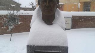 La nieve sirvió de original tocado al busto de María Moliner en su localidad natal, Paniza.