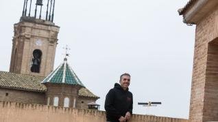Ramón Torres visitó Pedrola las pasadas navidades; aquí exhibe una reproducción del satélite Sentinel 1a en la terraza de su apartamento pedrolero, junto a la iglesia